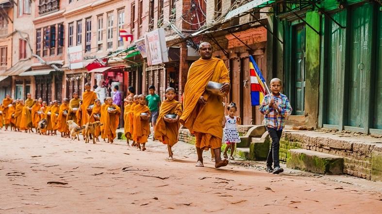 budistas caminando por la calle Bhakatapur